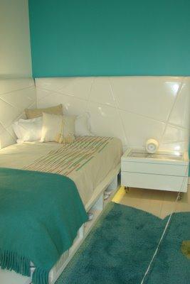 Turquesa y blanco en el dormitorio adolescente deco for Alfombra azul turquesa del dormitorio