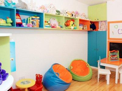 este playroom ofrece paredes pintadas con pintura de pizarrn generando una decoracin dinmica del lugar estantes bajos una mesa de nios