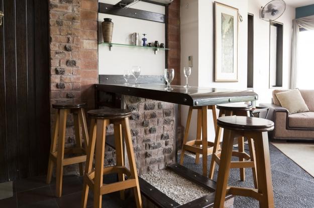 Dos bares bien diferentes deco vanguardia for Bar de madera pequeno