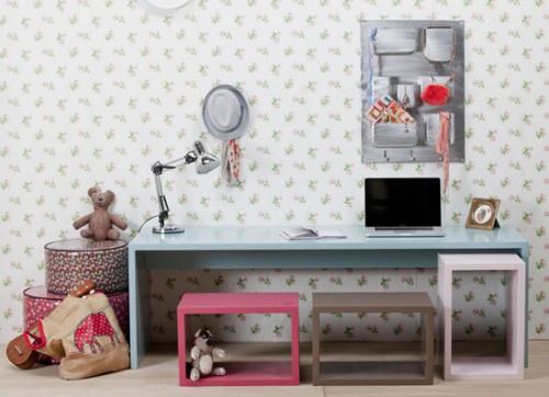 este escritorio hace uso de esta premisa y ofrece una amplia mesa de trabajo como as tambin unos cuantos cubos movibles que sirven de asiento como as